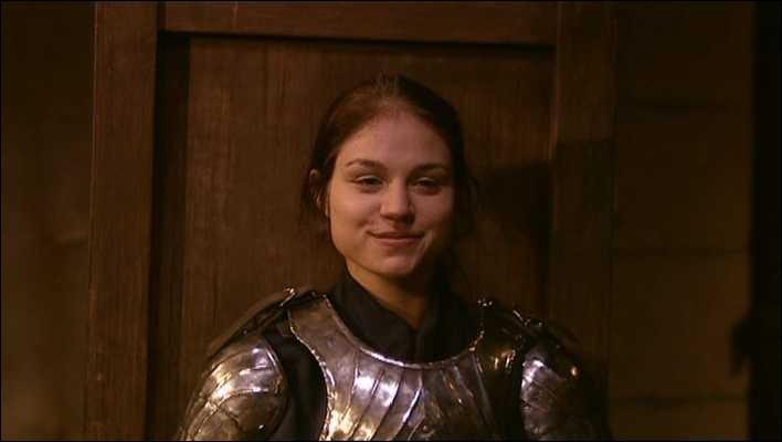 """À qui Edern, le chevalier femme, scande-t-elle """"Dehors le cureton !"""" ?"""