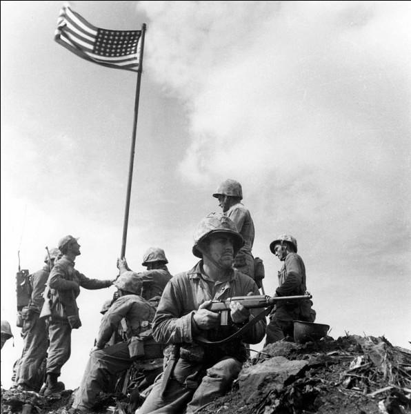 Combien de temps a duré la bataille d'Iwo Jima (petite île japonaise de 21km²) ?