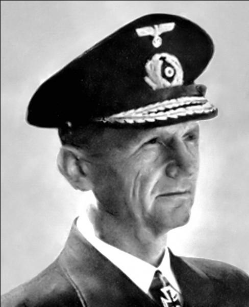 Qui Hitler choisit-il pour lui succéder peu avant son suicide ?