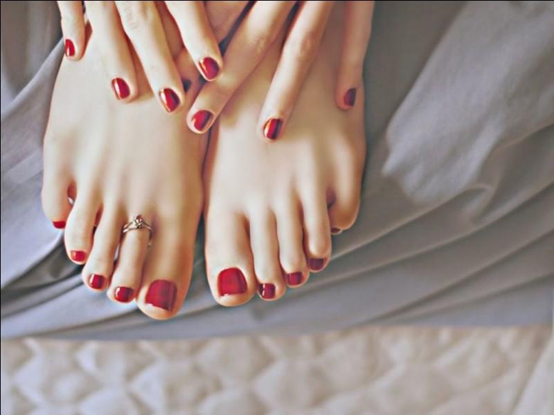 J'ai vu que votre salon propose de poser du vernis à ongles aussi ! Quand vous parlez de vernis semi-permanent, pendant combien de temps tient-il ?