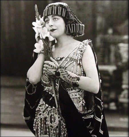 """Autre produit populaire chez les filles désireuses de mettre en valeur leurs cils, voici les extensions de cils ! Sur cette photographie, on peut voir l'actrice Seena Owen porter une des toutes premières extensions de cils sur le tournage du film """"Intolerance"""", sorti en 1916 ! En quoi étaient faites ces extensions ?"""