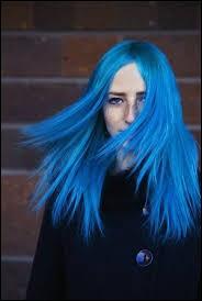 """C'est bien beau de se faire une couleur mais encore faut-il savoir l'entretenir ! Pour vos cheveux colorés, il faut utiliser uniquement des shampoings """"spécial couleur""""."""