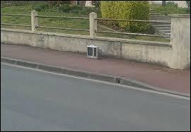 Un véhicule motorisé n'a pas le droit de stationner et de circuler sur un trottoir.