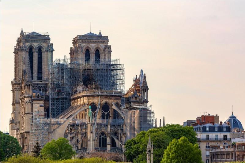 Quelle est cette ville célèbre pour sa cathédrale Notre-Dame et ses canaux ?