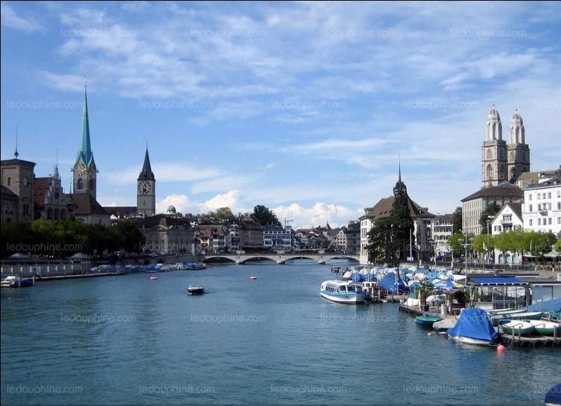Quelle est cette ville se situant dans les Bouches-du-Rhône et qui est réputée pour ses calissons ?