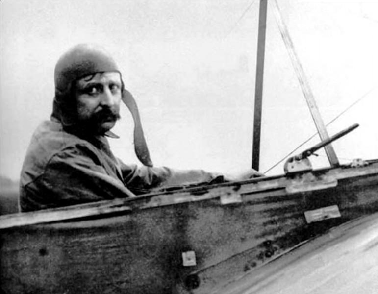 Pionnier de l'aviation, il a été le premier à traverser la Manche en avion le 25 juillet 1909 : il se prénomme ...