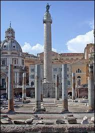 Dans quelle ville italienne peut-on voir la colonne Trajane ?
