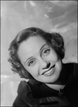 """Elle était l'une des chanteuses les plus en vogue dans l'entre-deux-guerres. """"Parlez-moi d'amour"""" est son plus célèbre succès. C'est ... Boyer."""