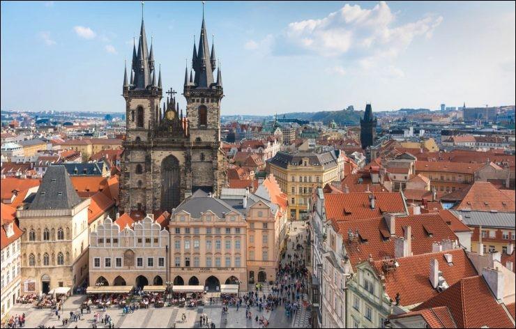 Bien que l'action se déroule à Vienne, le réalisateur Milos Forman choisit de tourner le film dans une autre ville d'Europe en raison de son architecture du XVIIIe siècle. Quelle est cette ville ?