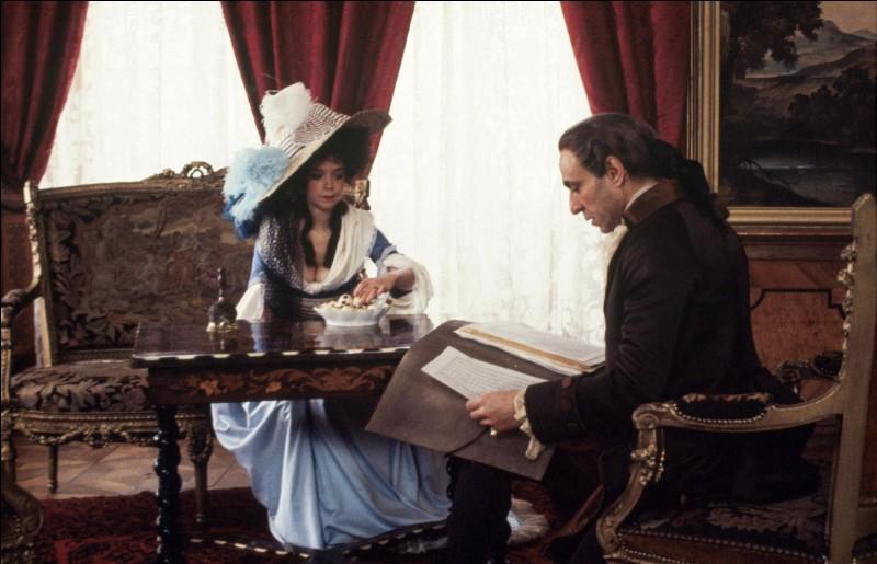 Dans le film, Constance, l'épouse de Mozart (interprétée par Elizabeth Berridge) supplie le compositeur de la cour d'aider son mari, en proie à d'énormes difficultés financières. Elle lui fait lire plusieurs partitions. Qu'advient-il de celles-ci ?