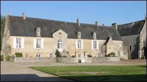 Nous sommes en Normandie devant le logis de l'abbaye abbatiale Sainte-Marie de Longues-sur-Mer. Commune sur le littoral de la Manche, elle se situe dans le département ...
