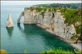 Les falaises d'Étretat se trouvent en Normandie, dans le département du Calvados.