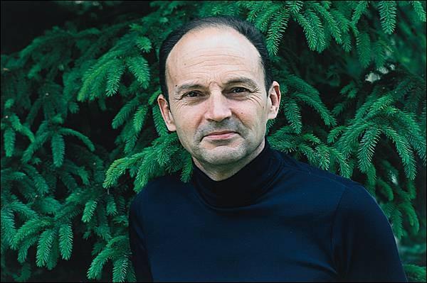 """Cet écrivain, qui a publié en 1967 son premier roman """"Vendredi ou les Limbes du Pacifique"""" puis reçu le prix Goncourt pour """"Le Roi des aulnes"""", se prénomme ..."""