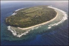 Fais est un atoll surélevé situé approximativement à 87 kilomètres à l'est d'Ulithi. Par quel océan est-il bordé ?