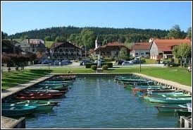 Nous terminons notre balade dans l'ancienne région Franche-Comté, à Saint-Point-Lac. Nous sommes dans le département ...