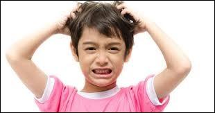 Mon enfant se gratte souvent la tête. Quel shampoing dois-je mettre pour combattre les poux ?
