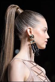 Commençons facile ! Comment appelle-t-on cette coiffure où les cheveux sont rassemblés ensemble à l'arrière ou sur le dessus du crâne et tenus par un lien ?