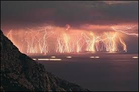 La foude de Catatumbo est un phénomène météorologique localisé au Venezuela. Il se produit 140 à 160 nuits par an avec une fréquence de ...