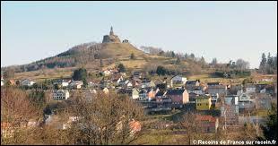 Voici une vue de Dabo (Moselle) et de son rocher. Les habitants de ce village sont des ...
