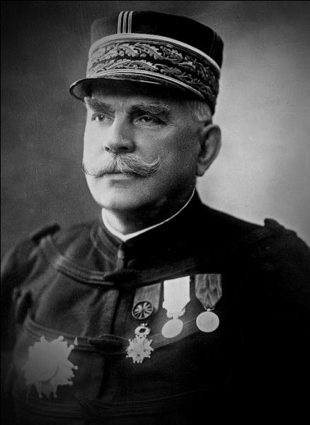 Qui était à la tête de l'armée française au début de la guerre ?