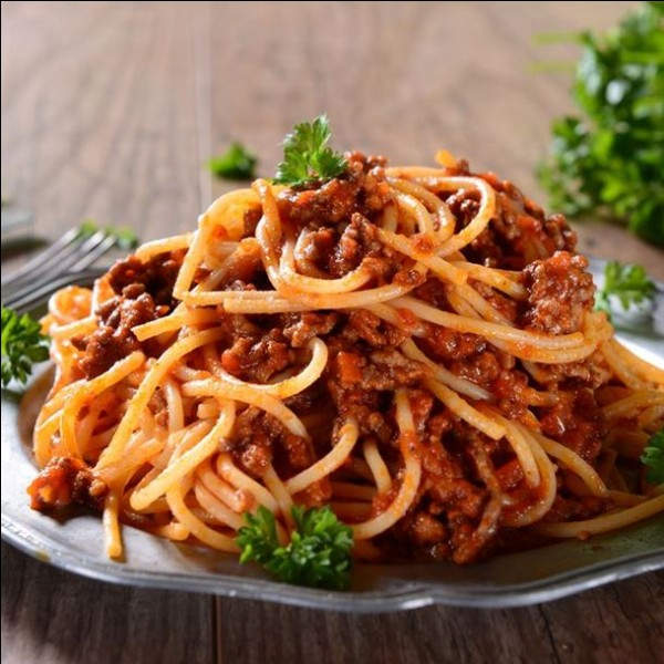 Cuisine : Cochez la phrase décrivant des pâtes à la bolognaise.