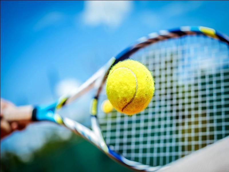 Les balles de tennis sont des sphères en :