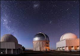 Cet endroit sec, au ciel souvent dégagé, situé à 2635 m d'altitude loin de sources lumineuses parasites est idéal pour observer l'espace.Quel pays abrite le Very Large Telescope (VLT) ?