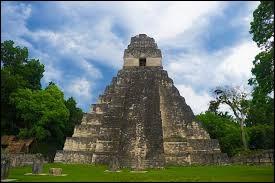 Quel pays d'Amérique centrale bordé par l'océan Pacifique et la mer des Caraïbes abrite la citadelle de Tikal ?