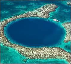 Dans quel petit pays d'Amérique centrale tourné vers la mer des Caraïbes trouve-t-on le Grand Trou Bleu ?