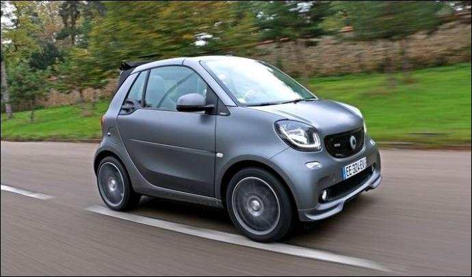 Je vous présente la plus petite voiture de ce quiz. Cette micro citadine Daimler a été développée avec la marque au losange. Quelle est cette auto ?