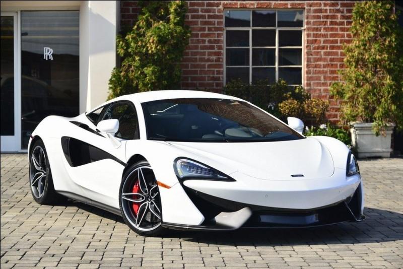 Vous avez sûrement reconnu cette voiture. Si vous ne l'avez pas reconnue, cette auto est une McLaren. Quel modèle est-ce ?