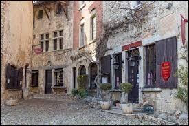 Dans quel département de la région Auvergne-Rhône-Alpes se trouve le village médiéval de Pérouges ?