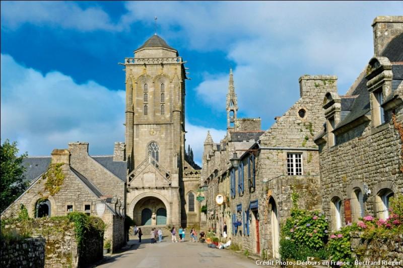 Dans quel département de la Bretagne se situe Locronan, un village de caractère ?
