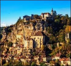 Quel est le nom de ce village en bord de falaise situé dans le département du Lot ?
