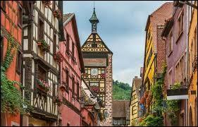 Dans quel département de la région Grand Est se trouve le village de Riquewihr ?