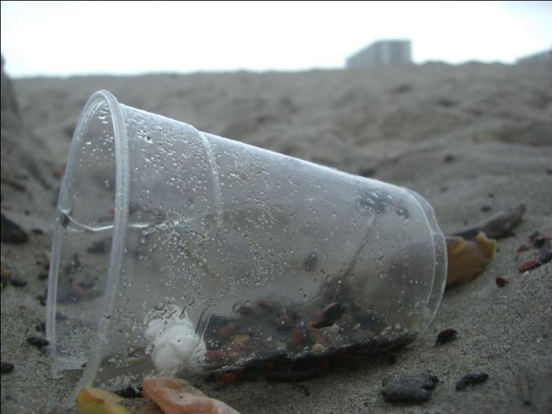 Je vois un verre en plastique par terre. Qu'est-ce que je dois faire ?