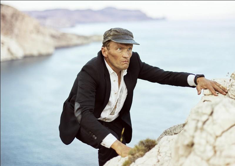 """Ecrivain et voyageur, il est l'auteur de """"S'abandonner à vivre"""", """"Dans les forêts de Sibérie"""", """"Un été avec Homère"""" : il se prénomme ..."""