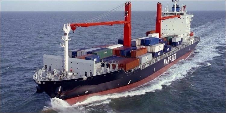 Ce navire transporte plusieurs centaines de conteneurs, remplis de marchandises. De quel type de navire s'agit-il ?