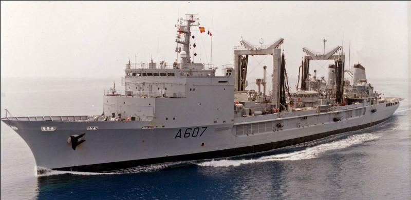 Ce navire est chargé de ravitailler les autres bâtiments en carburant, en nourriture, en matériaux divers. Quelle force armée possède ce genre de bateau ?