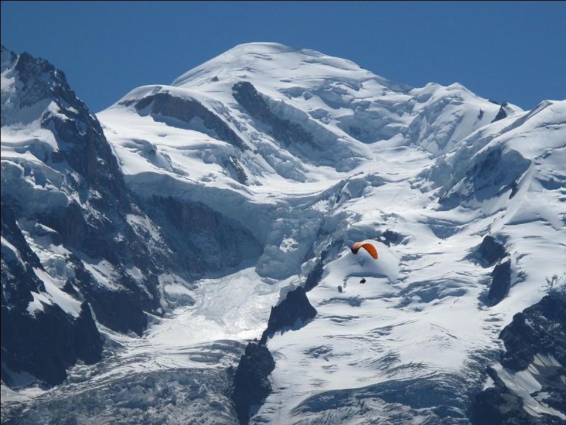 À quelle altitude s'élève le Mont Blanc ?