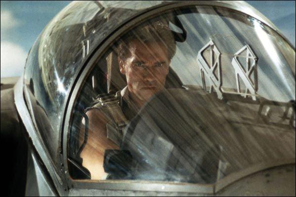 Tiens, Arnold est pilote de chasse, dans quoi ?