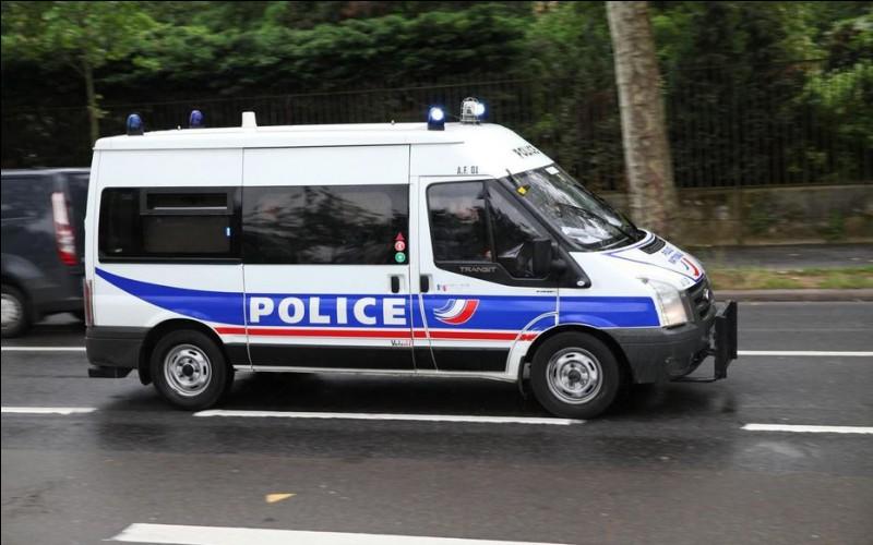 Le véhicule possède, comme pour ce fourgon de police, une sorte de gyrophare blanc. Qu'est-ce ?