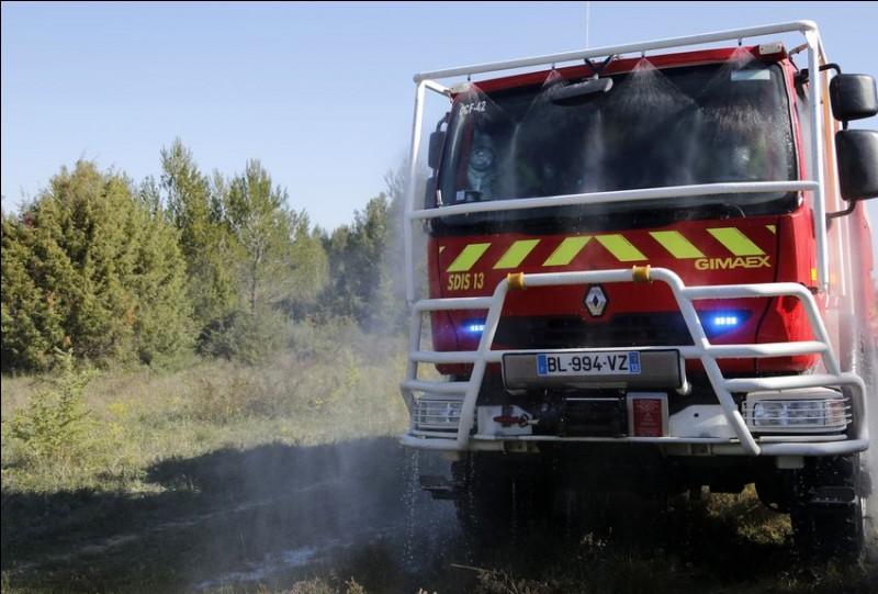 Enfin, j'insiste pour vous montrer un truc vraiment cool ! Habituellement ce sont les pompiers qui ont cet atout...En cas d'incendie, à bord du véhicule ou à l'extérieur comme un feu de forêt, il permet de réaliser une sorte de bulle de protection pour les personnes à bord ou d'éteindre le sinistre. Quel liquide est utilisé ?