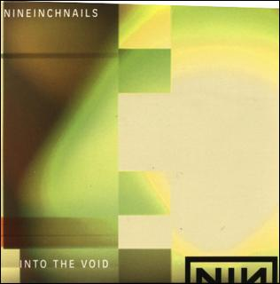 Un bellâtre frime en voiture en écoutant 'Into the Void' de Nine Inch Nails dans?