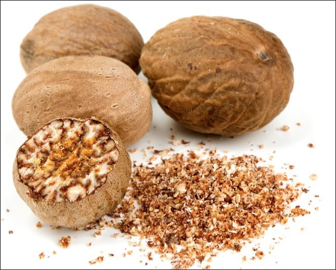Quel est le nom de cette épice issue de l'albumen de la graine du fruit d'un arbre tropical ?