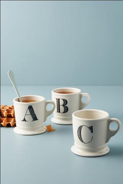 Trouvez une boisson avec l'aide de ces mots clés : caféine, noir, tasse et chaud.