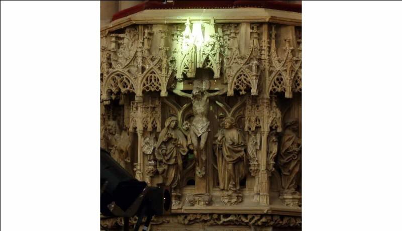 Chaque année, le rayon vert de la cathédrale de Strasbourg illumine, à travers un vitrail, un Christ en pierre du XVe siècle.Quand ce phénomène se produit-il ?
