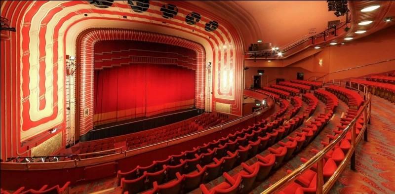 Comment s'appelle, au théâtre, la loge placée au rez-de-chaussée ?