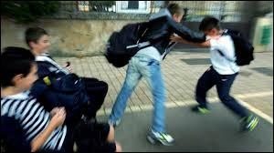 Une tension entre deux camarades de ta classe surgie, ils vont sûrement se battre, que fais-tu ?