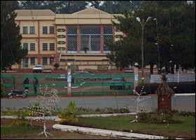 Dans quel département camerounais se situe la ville de Bafoussam ?